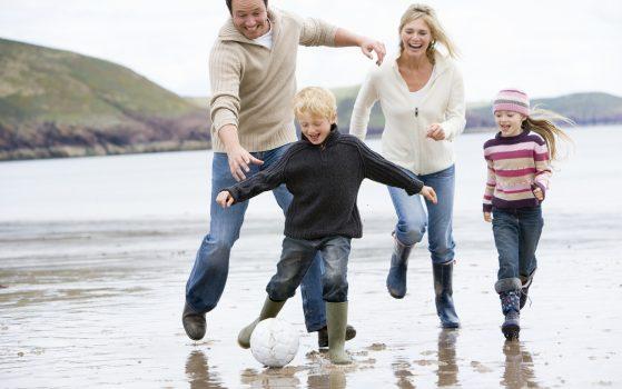 Kvinna, man och två barn springer